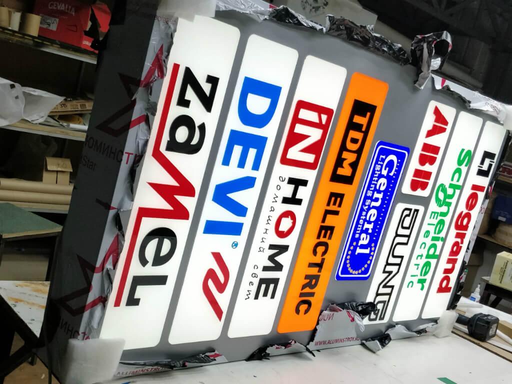 Вертикальная вывеска с логотипами