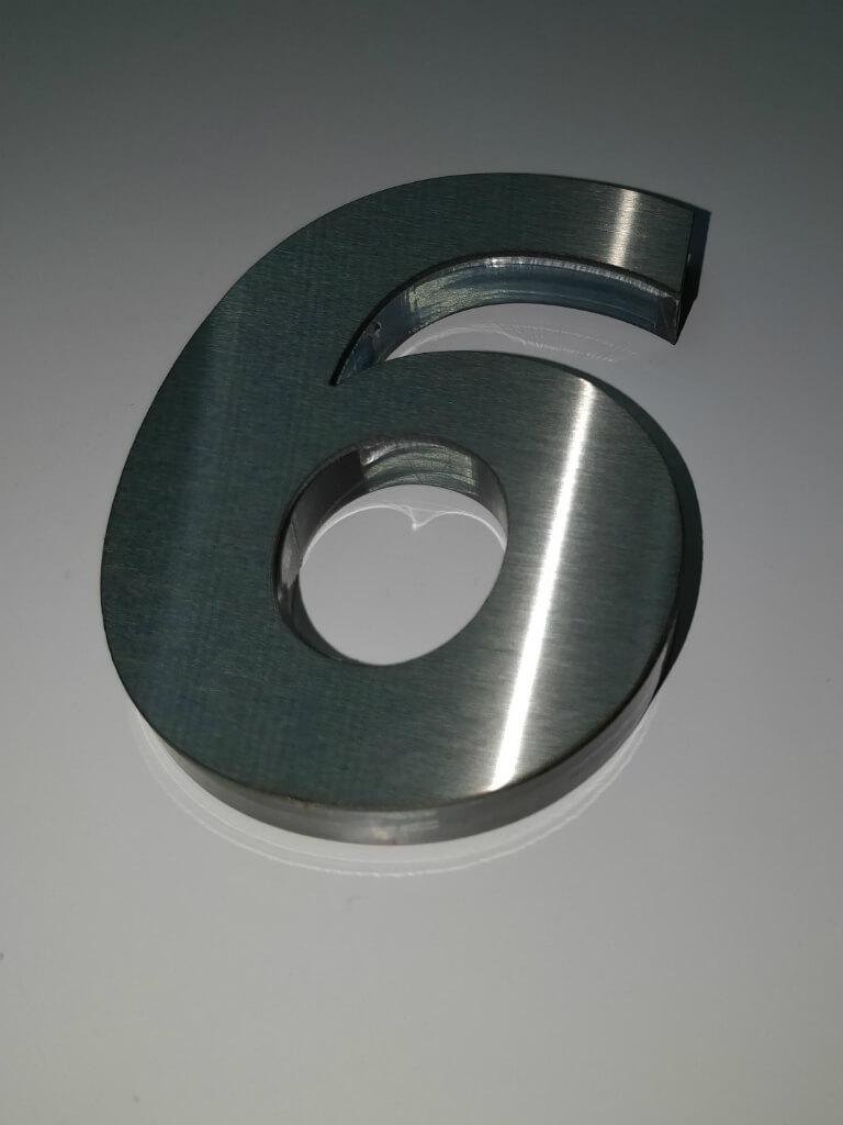 Недорогая плоская буква из оргстекла и нержавеющей стали