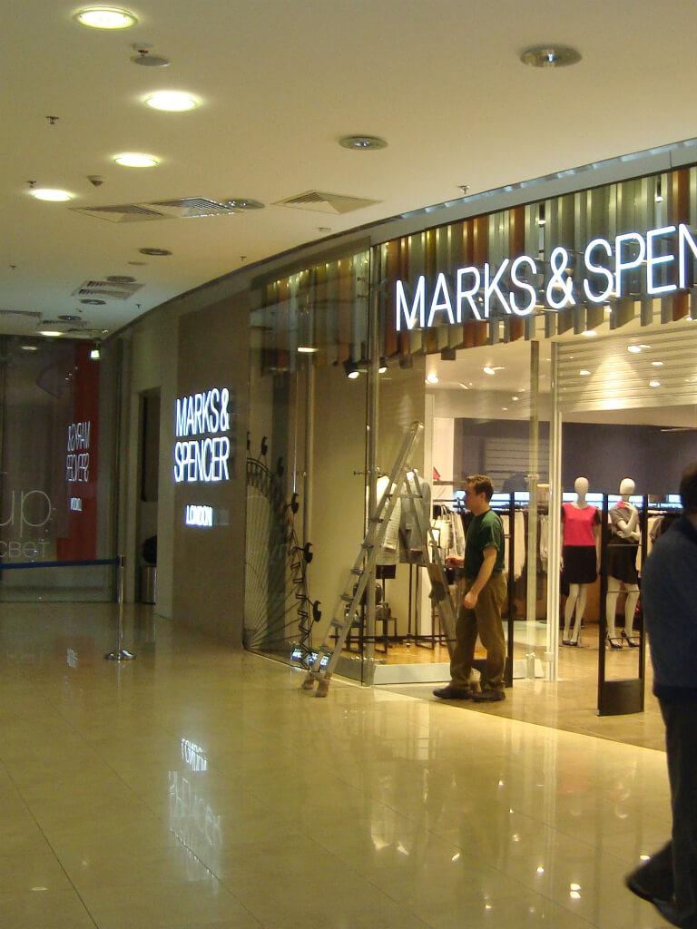 Оформление магазина Marks & Spencer объемными буквами